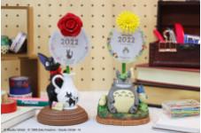 デスクに咲く一輪の花は、カレンダー♪ トトロやジジの2022年立体カレンダー発売中